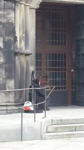 大聖堂前のロマの人