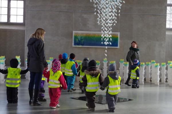 個展会場で作品鑑賞する幼稚園児たち